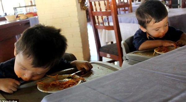Dua anak tertidur saat makan spageti (Foto: YouTube)
