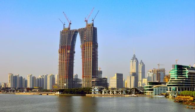 Gedung Gate of The Orient di China yang mirip celana