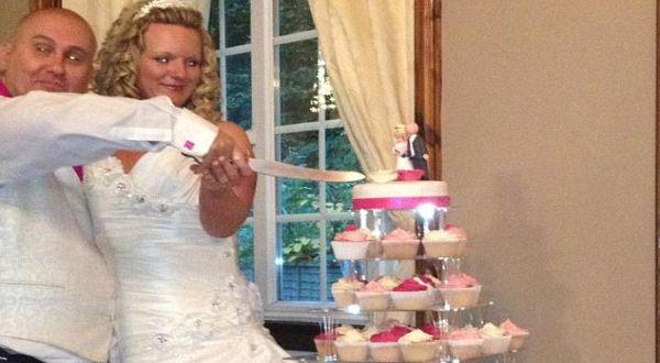 Pasangan pengantin yang kehilangan kue (Foto: Daily Mail)