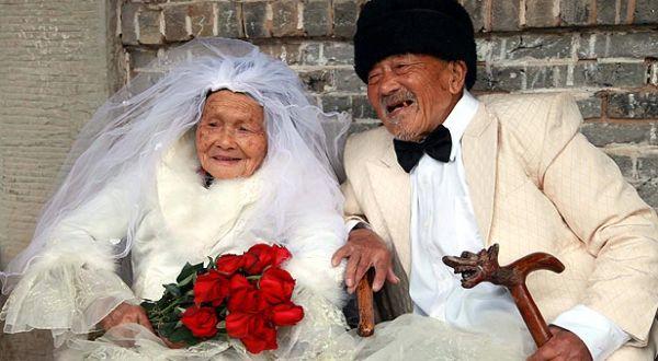 Foto pernikahan pasangan tua China (Foto: The Sun)