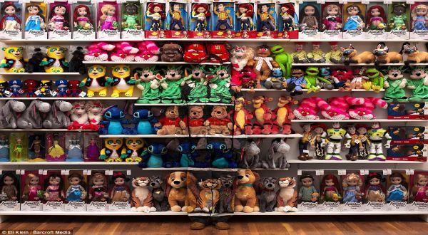 Foto : Liu Bolin menghilang di tengah-tengah rak mainan (barcroft)