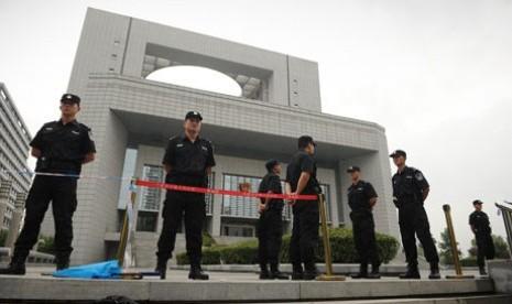 Senyum Polisi Cina Diseragamkan, Caranya dengan Gigit Sumpit